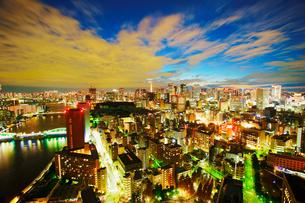 薄暮の明石町から望む西南西方向のビル群と東京タワーと隅田川の写真素材 [FYI02650368]
