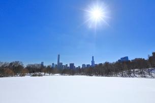 雪に覆われたセントラルパーク貯水池とマンハッタンスカイラインの写真素材 [FYI02650370]