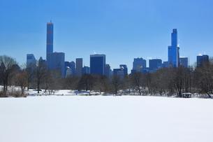 雪に覆われたセントラルパークの池とミッドタウン,マンハッタン摩天楼の写真素材 [FYI02650415]