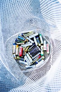ゴミ置き場の使い済み電池の写真素材 [FYI02650457]