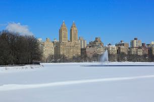 雪に覆われた貯水池とセントラルパーク,ウエスト,レジデンスの写真素材 [FYI02650472]