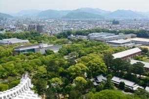 新緑 姫路城大天守閣からの街並みの写真素材 [FYI02650476]