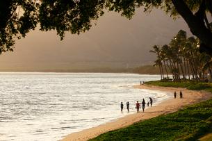 夕暮れのマアラエア湾キヘイ ビーチを歩く人々の写真素材 [FYI02650478]