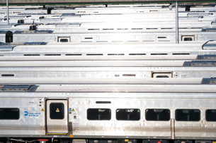 MTAハドソンヤード 車両区に並ぶロングアイランド レイルロードの車両の列の写真素材 [FYI02650483]