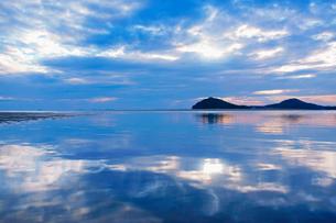 水鏡の父母ヶ浜の夕景の写真素材 [FYI02650527]