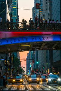 パーシングスクエア ブリッジの上でマンハッタンヘンジを待つ人々と42丁目ストリートを行き交う車。の写真素材 [FYI02650530]