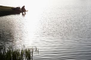 湖と釣り人の写真素材 [FYI02650532]