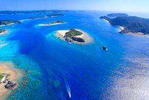 嘉比島と阿嘉島など慶良間諸島とボートの空撮の写真素材 [FYI02650546]