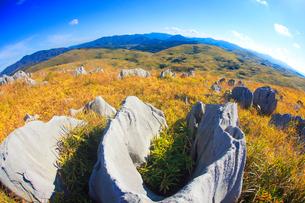 カルスト台地の石灰岩と男岳と権現山などの山並み,魚眼の写真素材 [FYI02650609]