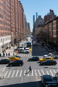 23丁目ストリートに立ち並ぶアパートの列と交通 チェルシー ミッドタウン マンハッタ ンの写真素材 [FYI02650613]