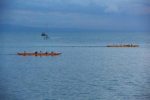 早朝マアラエア湾キヘイ ビーチを走る二艘のカヌーの写真素材 [FYI02650619]