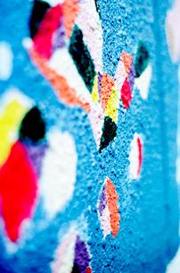 商店街壁面の落書きスプレーの上に描き直された絵の写真素材 [FYI02650646]