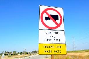 交通標識トラック進入禁止の写真素材 [FYI02650707]