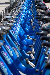 ユニオンスクエアのバイクシェアプログラム シティーバイク ドックに並ぶ自転車の列の写真素材 [FYI02650713]
