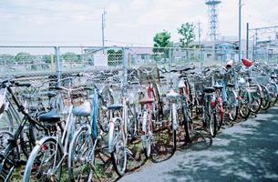 線路脇に置かれた通勤自転車の写真素材 [FYI02650723]