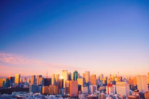 明石町から望む西方向のビル群と紅富士と朝日の反射の写真素材 [FYI02650727]