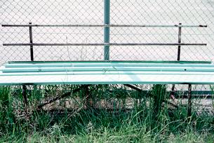 背もたれが外れたベンチの写真素材 [FYI02650736]