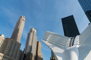 新設されたパストレイン ワールド トレードセンター駅とロワーマンハッタン高層ビル群の写真素材 [FYI02650750]