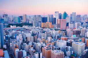 朝の明石町から望む西南西方向のビル群と東京タワーと紅富士の写真素材 [FYI02650773]