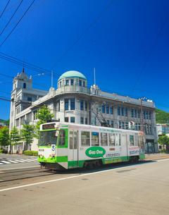 函館地域交流まちづくりセンターと函館市電の写真素材 [FYI02650777]