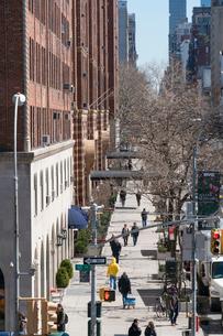 23丁目ストリートに立ち並ぶアパートの列と交通 チェルシー ミッドタウン マンハッタ ンの写真素材 [FYI02650807]
