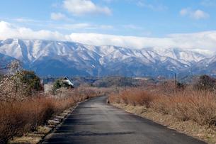 鈴鹿山脈と道の写真素材 [FYI02650808]