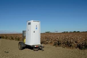 畑の中の移動式トイレの写真素材 [FYI02650815]