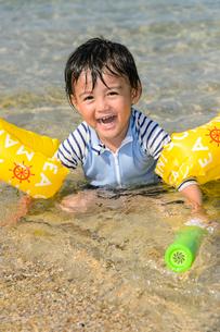 水鉄砲で遊ぶ男の子の写真素材 [FYI02650816]