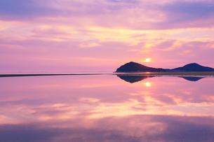 父母ヶ浜の水鏡と夕日と夕焼け空の写真素材 [FYI02650883]
