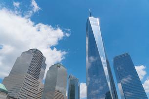 ロワーマンハッタン ワンワールドトレードセンターと立ち並ぶ高層ビル群の写真素材 [FYI02650931]