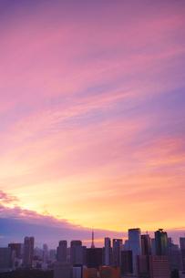 明石町から望む西南西方向のビル群と東京タワーと夕焼けの写真素材 [FYI02650945]