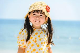 夏の浜辺で笑顔の女の子の写真素材 [FYI02651002]