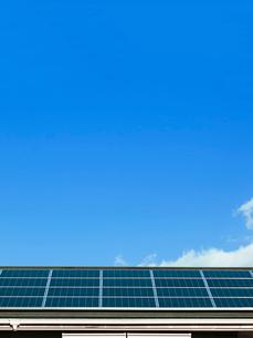 屋根のソーラーパネルの写真素材 [FYI02651039]
