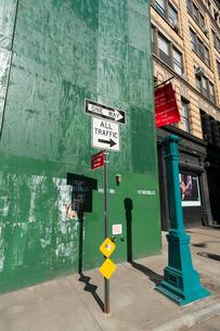 マンハッタンノーホー地区のビル建築現場に設置された防護壁の写真素材 [FYI02651081]