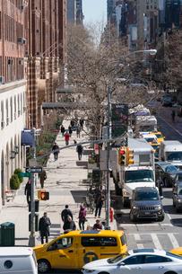 23丁目ストリートに立ち並ぶアパートの列と交通 チェルシー ミッドタウン マンハッタ ンの写真素材 [FYI02651083]