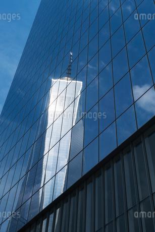 ビルのウインドーに映り込んだワンワールドトレードセンターの写真素材 [FYI02651166]