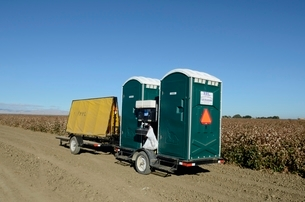 畑の中の移動式トイレの写真素材 [FYI02651191]