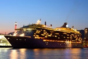黄昏の神戸港にMARINER OF THE SEASが停泊の写真素材 [FYI02651198]