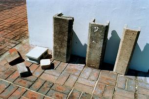 アトリエ屋上のY字ブロックとレンガの写真素材 [FYI02651248]