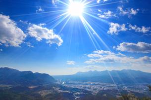 榛名山方向の山並みと太陽の写真素材 [FYI02651336]