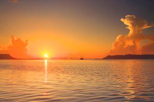 浜比嘉大橋と朝日と海の写真素材 [FYI02651343]
