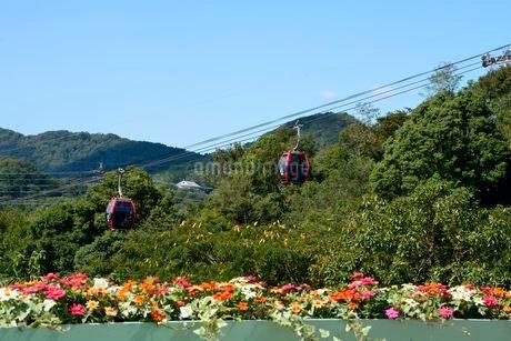 神戸布引ハーブ園内展望レストハウスからロープウェイを見るの写真素材 [FYI02651373]