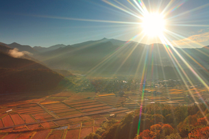 朝の千古屋城跡から望む曲尾の田園と烏帽子岳の写真素材 [FYI02651415]