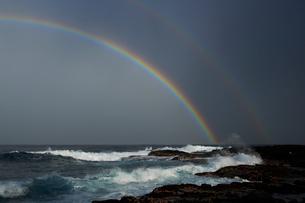 夕刻の光射す海岸に現れた虹の写真素材 [FYI02651424]