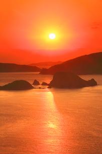 牛ノ島など慶良間諸島と朝日の写真素材 [FYI02651431]