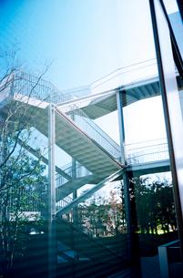 大きなガラス窓に映る階段の写真素材 [FYI02651620]