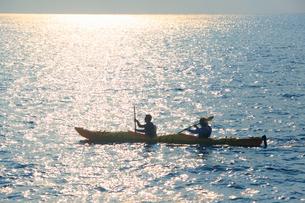 シーカヤックと輝く夕方の海の写真素材 [FYI02651654]