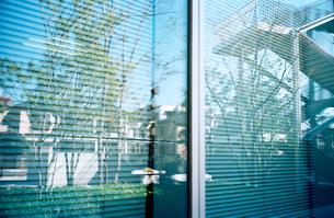 街並を映す大きなガラス窓の写真素材 [FYI02651730]