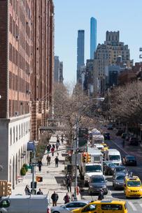 23丁目ストリートに立ち並ぶアパートの列と交通 チェルシー ミッドタウン マンハッタ ンの写真素材 [FYI02651738]