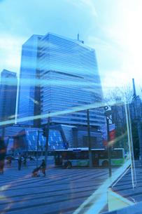 ガラスに映るビルと人の行きかう姿の写真素材 [FYI02651747]